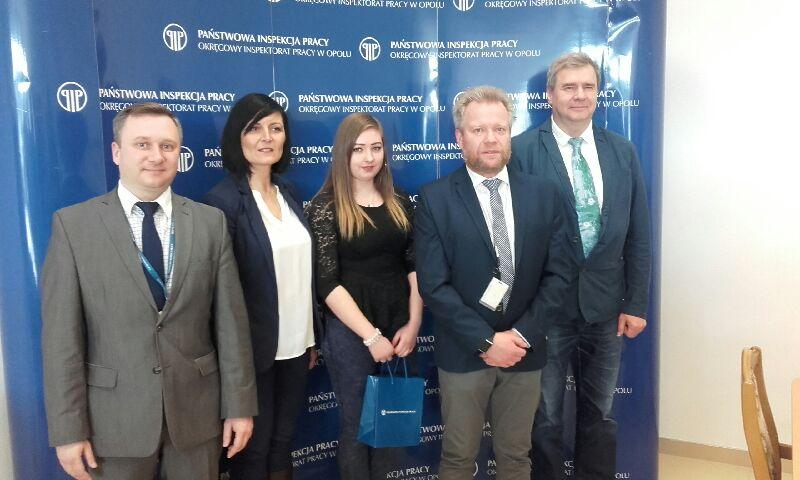 Maja Sproch - w środku - finalistka olimpiady stopnia wojewódzkiego z prawa pracy